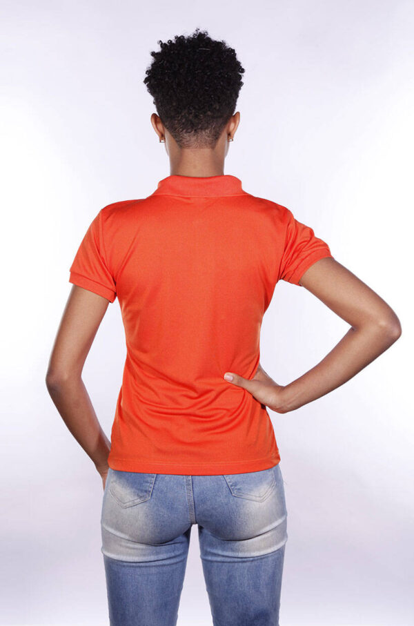 camisas-polo-para-empresa-poliester-feminina-laranja-costas
