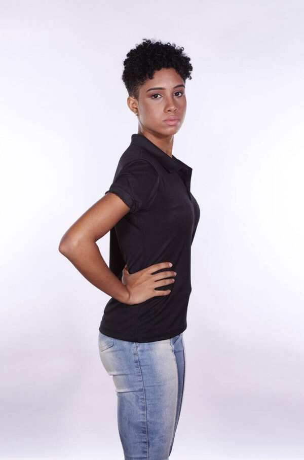 camisa-polo-para-empresa-poliester-feminina-preta-lado-2