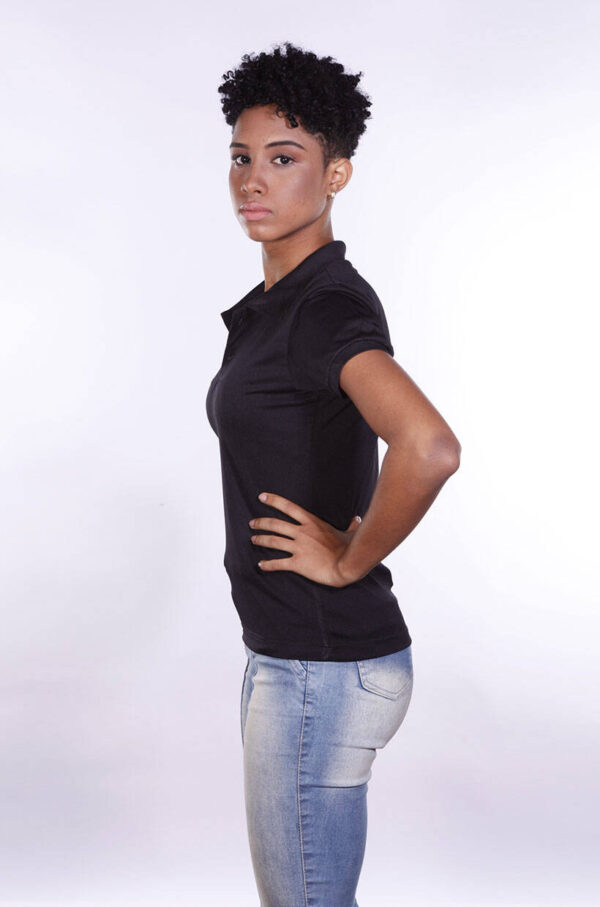 camisa-polo-para-empresa-poliester-feminina-preta-lado